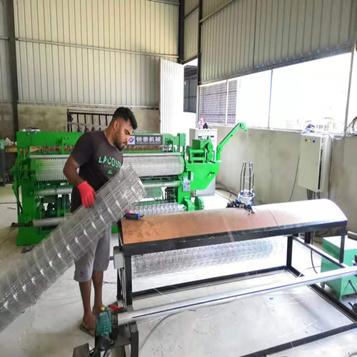 Full automatic welded wire mesh machine roll machine are testing in Sri Lanka Cusstomer
